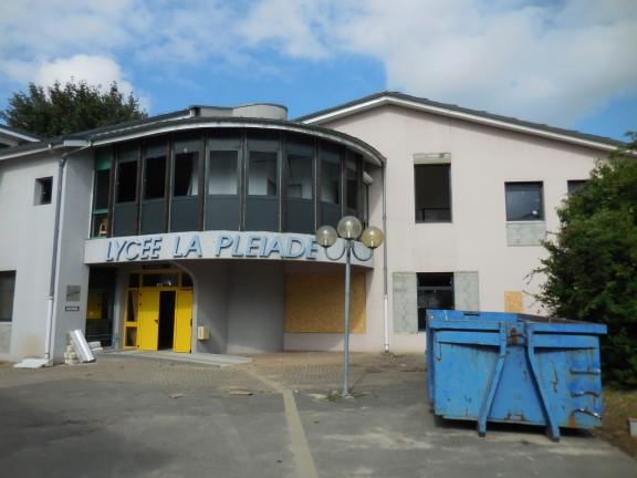 Lycée La Pléiade à Pont de Chéruy / Juillet 2015 - Recomposition des façades et réduction des surfaces vitrées, trop importantes dans certains locaux.